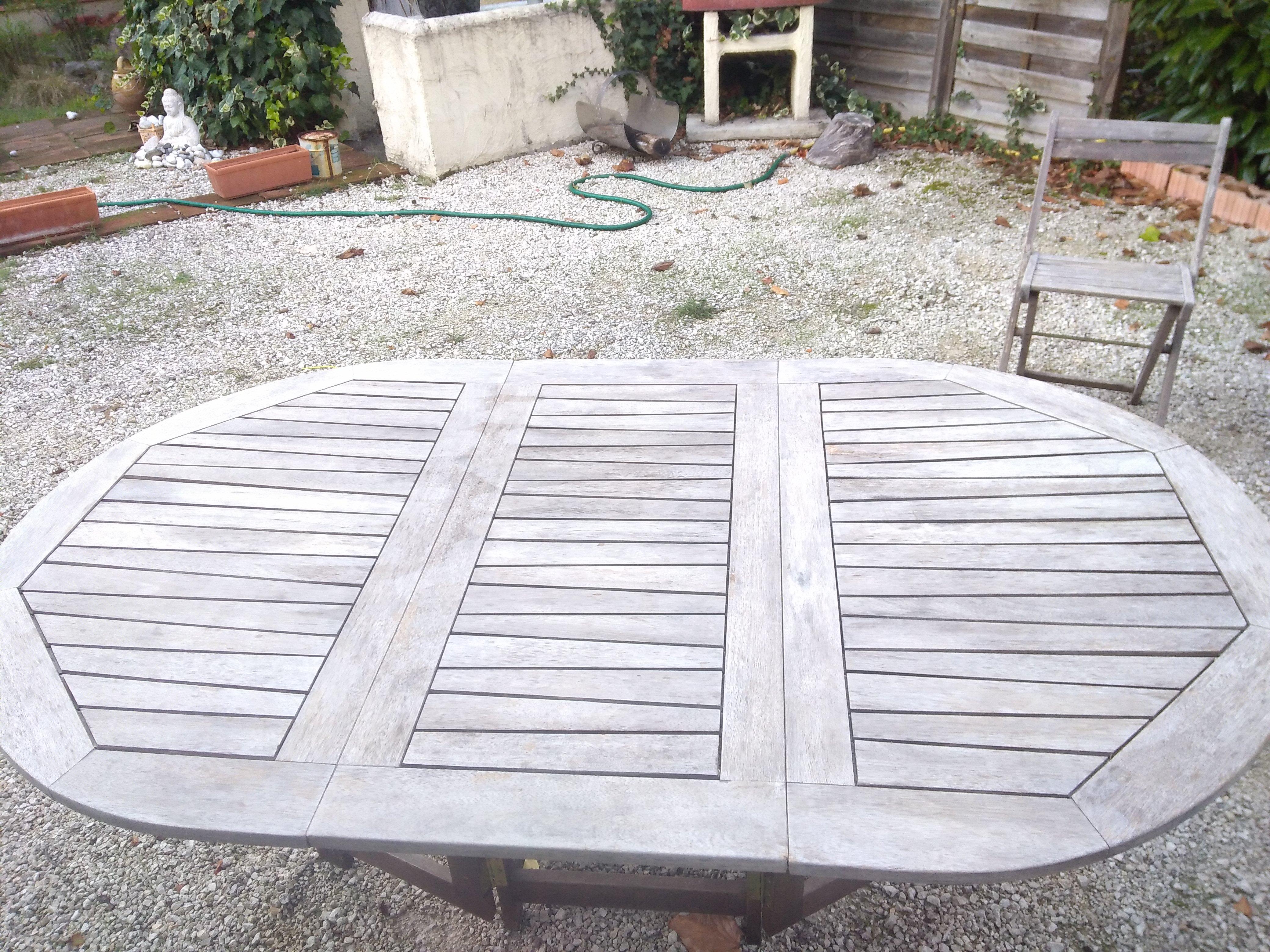 dégrisement d'une table en bois exotique avant remise en peinture